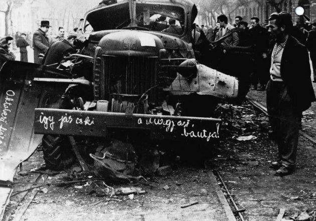 Kilőtt szovjet tehergépkocsi, üzenettel, 1956. november  (Fotó: A XX. század történelme / MEK.OSZK)