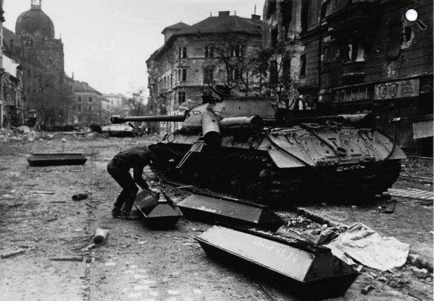 Koporsóba teszik a halottakat az Üllői úton, 1956. november 4. (Fotó: A XX. század történelme / MEK.OSZK)