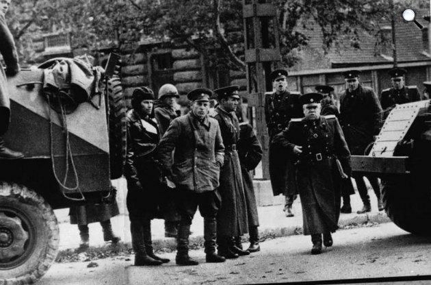 A Forradalmi Munkás Paraszt Kormány nevében visszahívott szovjet csapatok tisztjei. Budapest, 1956. november 4. (Fotó: A XX. század történelme / MEK.OSZK)