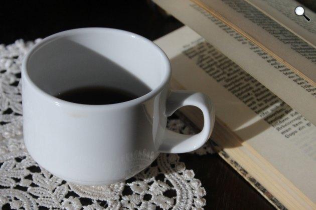 Könyvolvasás kávézás közben (Fotó: pixabay.com)