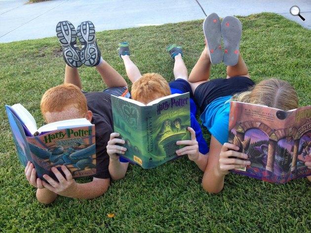 Harry Potter könyveket olvasó gyerekek (Fotó: pixabay.com)
