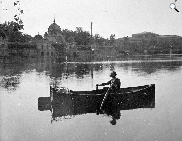 Csónakázó a Városligeti-tavon a Műjégpálya épületével, háttérben a Szépművészeti Múzeum, Városliget, Budapest, 1916 (Fotó: Fortepan)