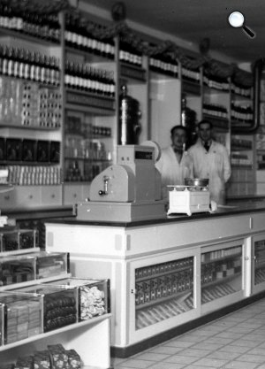 Győri út 14. Köztisztviselők boltja, eladók, kassza, Budapest, 1938 (Fotó: Fortepan)