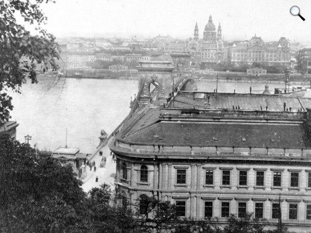 Kilátás a Budai Várból a Clark Ádám tér, a Lánchíd és a Bazilika felé, 1921 (Fotó: Fortepan)