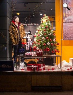 Karácsonyi dekoráció egy üzlet kirakatában, Budapest (Fotó: MTI Fotó: Kallos Bea)