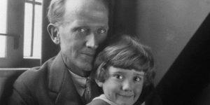 A.A. Milne és fia, Christopher Robin Milne Micimackóval (Fotó: babelio.com)