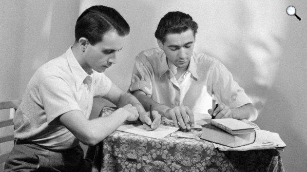 Devecseri Gábor (1917–1971) költő, műfordító, klasszika-filológus (b) és Somlyó György (1920–2006) költő, esszéíró, műfordító, 1940-es évek (MTI Fotó/hirado.hu: Várkonyi László)