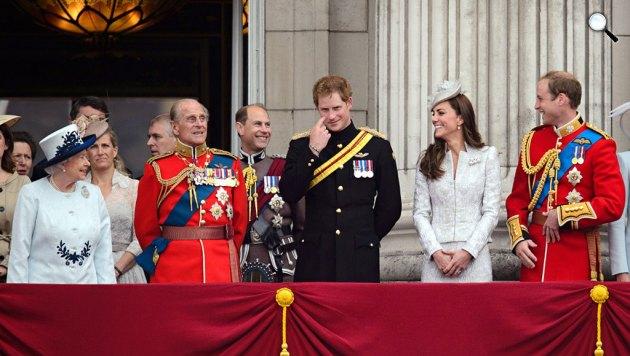 II. Erzsébet királynő és férje, Fülöp herceg, William, Katalin és Harry, 2014 (Forrás: Royal.gov.uk)