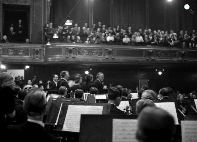 Középen Kodály Zoltán (1882-1967), Zeneakadémia, Nagyterem, 1942 (Fotó: Fortepan)