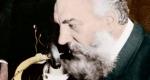 Alexander Graham Bell (1847-1922) a távbeszélő feltalálója bemutatja a telefont (Fotó: Wikipédia)