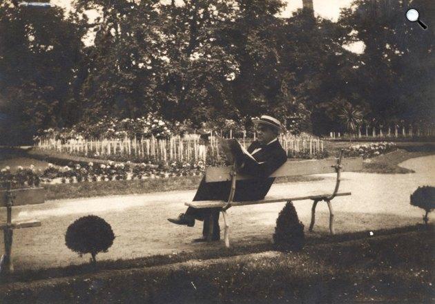 Molnár Ferenc (1878-1952) író egy parkban, padon ülve újságot olvas (Fotó: PIM / europeana.eu)