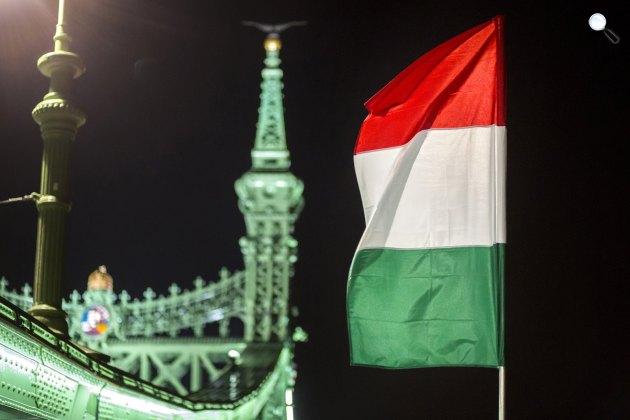 Nemzeti zászló a Szabadság hídon, Budapest (MTI Fotó: Mohai Balázs)