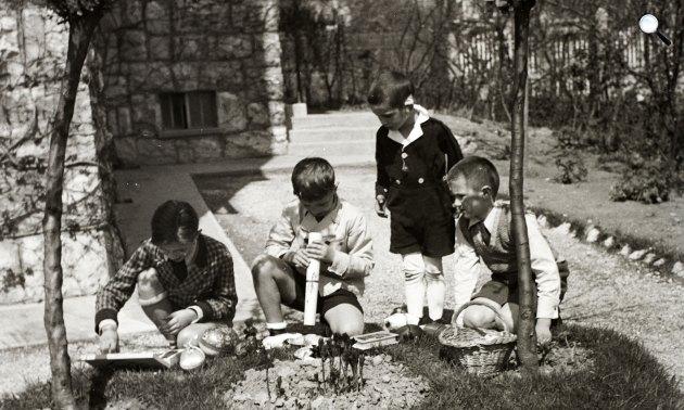 Húsvét ünneplése, fiúk húsvéti tojást keresnek a kertben, 1935 (Fotó: Fortepan)