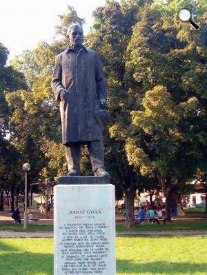 Segesdi György: Juhász Gyula szobra, Szeged (Fotó: Wikipédia)