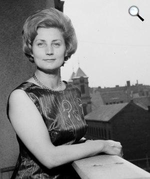 Máthé Erzsi színművésznő Margit körúti lakásának erkélyén. Háttérben az Országúti Ferencesek temploma látszik, 1964 (Fotó: Fortepan)