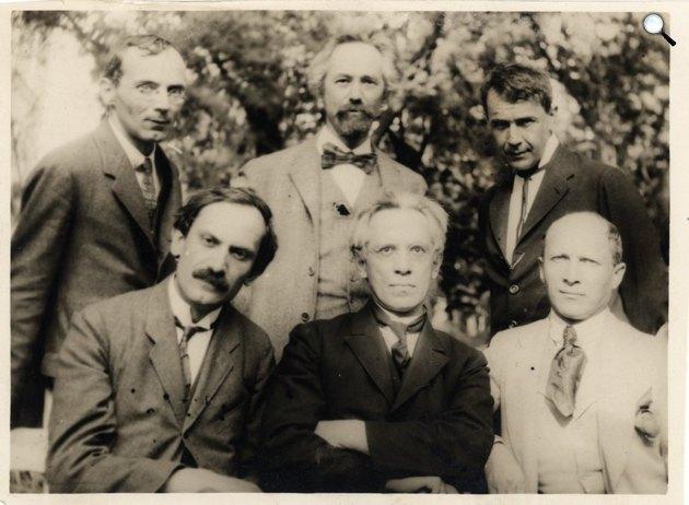 Tóth Árpád, Beck Ö. Fülöp, Kosztolányi Dezső, Babits Mihály, Osvát Ernő, Gellért Oszkár a Budapesti múzeumkertben, 1923 (Fotó: Török Sophie / OSZK)