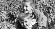 Tréfálkozó, játszó kisgyerek, 1959 (Fotó: Fortepan)