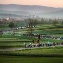 A csíksomlyói búcsúra tartó felcsíki zarándokok Csíkmadaras határában, 2015 (MTI Fotó: Koszticsák Szilárd)